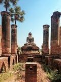 De ruïnes van een tempel en Boedha in Inwa-dorp Stock Afbeeldingen