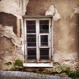 De ruïnes van een venster van de huismuur stock foto