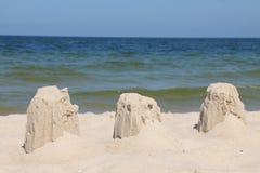 De ruïnes van een zandkasteel dat door wind wordt vernietigd Stock Fotografie