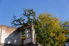De ruïnes van gebrand onderaan oud huis Dnipro, de Oekraïne, November 2018 stock foto's