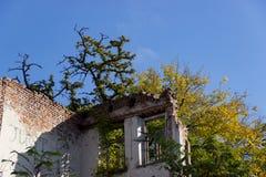 De ruïnes van gebrand onderaan oud huis Dnipro, de Oekraïne, November 2018 stock foto