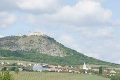 De ruïnes van gotische toren huisvesten DÄ› viÄ  KY, Tsjechische republiek royalty-vrije stock fotografie