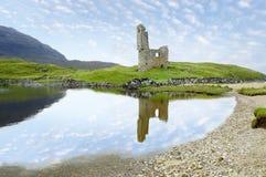 De ruïnes van het Ardvreckkasteel in Schotland en Loch Assynt stock afbeeldingen