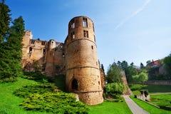 De ruïnes van het Beaufortkasteel op de lentedag in Luxemburg Stock Foto
