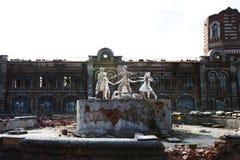 De ruïnes van het huis, na de oorlog stock afbeeldingen