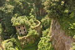 De ruïnes van het kasteel in een canion van Sorrento Stock Afbeelding
