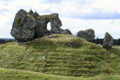 De Ruïnes van het kasteel met Mensen Stock Afbeeldingen