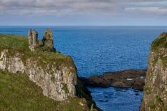 De Ruïnes van het kasteel, Noord-Ierland stock afbeeldingen