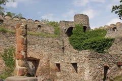 De ruïnes van het kasteel op de heuvel Chojnik dichtbij Ra ³ van Jelenia GÃ stock afbeelding
