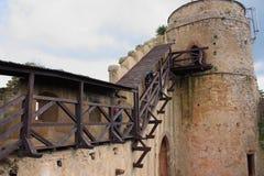 De ruïnes van het kasteel op de heuvel Chojnik dichtbij Ra ³ van Jelenia GÃ stock fotografie