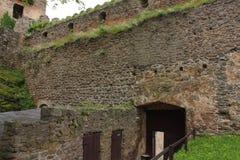De ruïnes van het kasteel op de heuvel Chojnik dichtbij Ra ³ van Jelenia GÃ royalty-vrije stock fotografie