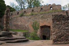 De ruïnes van het kasteel op de heuvel Chojnik dichtbij Ra ³ van Jelenia GÃ stock foto
