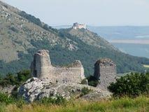 De Ruïnes van het Kasteel van SirotÄ  à Hrà ¡ dek en het Kasteel van DÄ› viÄ  KY, Palava-gebied, Zuid-Moravië, Tsjechische Repu stock afbeelding