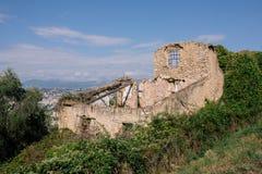De ruïnes van het steenhuis op de muur in de zuidelijke Europese stad stock afbeelding