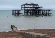 De ruïnes van het Westenpijler, Brighton, East Sussex, UK, op de dag van de winter in December at low tide wordt het gefotografee stock fotografie