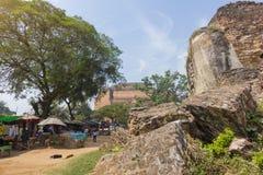 De ruïnes van de Leeuwen van steen bouwden 1790 met de Mingun-pagode op de achtergrond in Stock Afbeeldingen