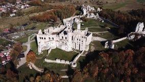 De ruïnes van middeleeuws kasteel op de rots in Ogrodzieniec, Polen stock videobeelden