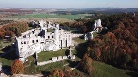 De ruïnes van middeleeuws kasteel op de rots in Ogrodzieniec, Polen stock footage
