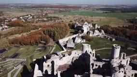 De ruïnes van middeleeuws kasteel op de rots in Ogrodzieniec, Polen stock video
