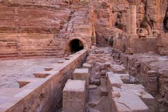 De ruïnes van de oude hoofdstad van Jordanië Kolommen van tempels van rode steen stock afbeelding