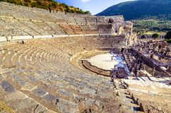 De ruïnes van de oude stad van Ephesus met theater en de beroemde Celsus-bibliotheek, Turkije stock foto