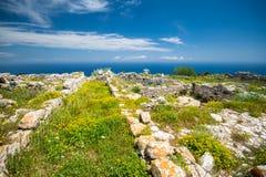 De ruïnes van oude Thira, een voorhistorisch dorp bij de bovenkant van de berg Mesa Vouno, Santorini stock fotografie