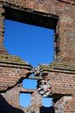 De ruïnes van de vroege 19de eeuw De molen in Loshitsky-Park, Minsk metselwerk Venstergat Stock Afbeeldingen
