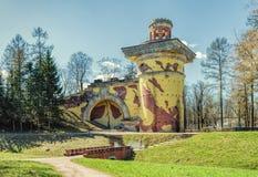 De Ruïnetoren in Catherine Park in Tsarskoye Selo Stock Foto