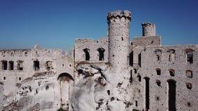 De ru?nes van middeleeuws kasteel op de rots in Ogrodzieniec, Polen stock footage