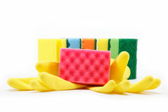 De rubber handschoenen en het schoonmaken sponsen af. stock fotografie