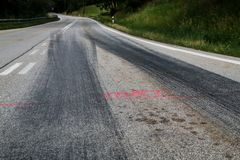 De rubbersporen van de raceauto's stock afbeelding