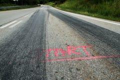 De rubbersporen van de raceauto's stock afbeeldingen