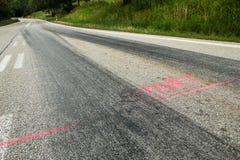 De rubbersporen van de raceauto's stock foto
