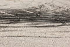 De rubbersporen van de rallyeauto's stock foto's