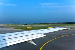 De rubriek van vliegtuigen aan baan Stock Fotografie