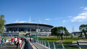 De rubriek van voetbalventilators naar het stadion in de zomer Zonnige dag in St. Petersburg stock fotografie
