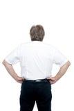 De rug stelt van een hogere mens die zich met handen op zijn taille bevinden stock foto