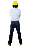 De rug stelt van een ingenieur die bouwvakker dragen Stock Foto