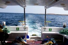 De rug van de snorkelende boot stock foto's