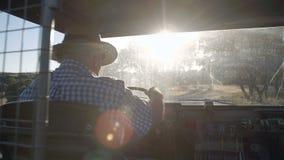 De rug van een landbouwer die over de safari drijven stock video