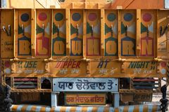 De rug van een vrachtwagen van de goederendrager bij de Yash-documenten fabriek stock foto