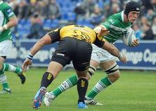 De rugbyspelers vechten voor bal in Rugby 7 GP spel Stock Fotografie