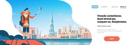 De rugzak die van de mensentoerist selfie foto over mooi de stads van Achtergrond Doubai cityscape vlak horizontaal bannerexempla stock illustratie
