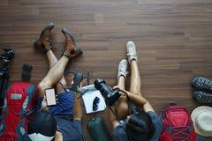 De rugzak van het reizigers` s Jonge paar planning stock afbeelding