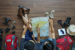 De rugzak van het reizigers` s Jonge paar de vakantiereis van planningswittebroodsweken met het richten van kaart royalty-vrije stock foto's