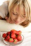 De ruikende aardbeien van de vrouw Royalty-vrije Stock Fotografie