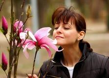 De ruikende bloem van de vrouw Royalty-vrije Stock Afbeeldingen