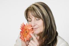 De ruikende bloem van de vrouw Royalty-vrije Stock Afbeelding