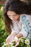 De ruikende bloemen van de vrouw royalty-vrije stock afbeeldingen