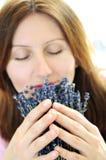 De ruikende lavendel van de vrouw stock afbeelding